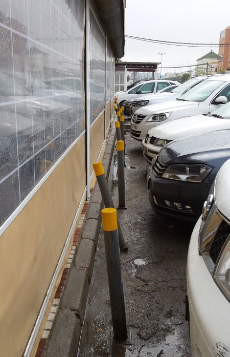 The parking lot at Isla Mayor suggests the restaurant has seen many a convivial evening.